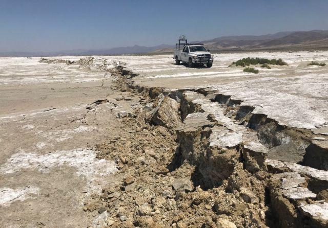 Caminhão do USGS faz varredura a laser e examina a ruptura da superfície em Searles Valley, próximo ao epicentro do poderoso terremoto de magnitude 7.1 registrado na Califórnia, no dia 5 de julho de 2019. Crédito: Ben Brooks, Todd Ericksen USGS-ESC. Divulgação Twitter @USGS