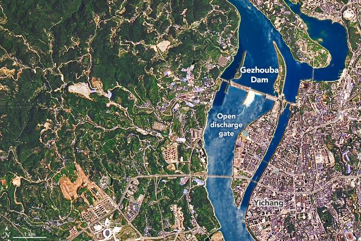 Imagem de satélite da barragem de Gezhouba que também teve seus portões abertos após as monções de junho e julho. Crédito: Earthobservatory/NASA.