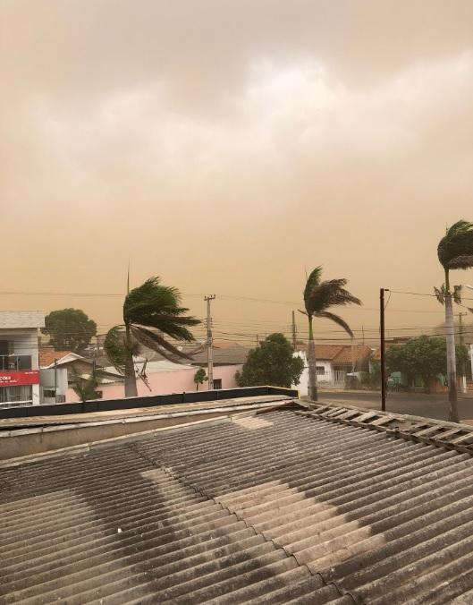Muita poeira se espalhou antes da chuva em Primavera do Leste, em Mato Grosso na quarta-feira. Crédito: Imagem divulgada pelo twitter @robertaiane