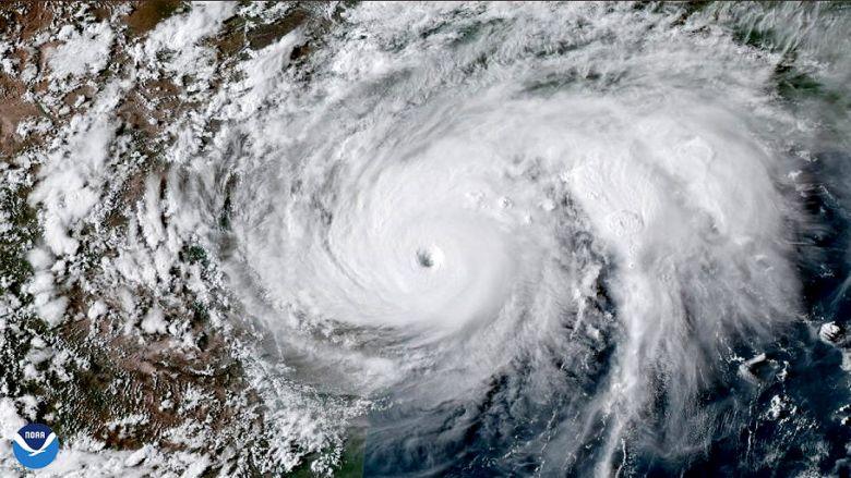 O grande furacão Laura alcançou a categoria 4 na tarde desta quarta-feira, dia 26 de agosto. Os ventos máximos sustentados são de 220 km/h. Crédito: NOAA