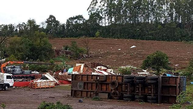 Caminhão tombado pela força dos ventos na quarta-feira, dia 10. Crédito: Defesa Civil
