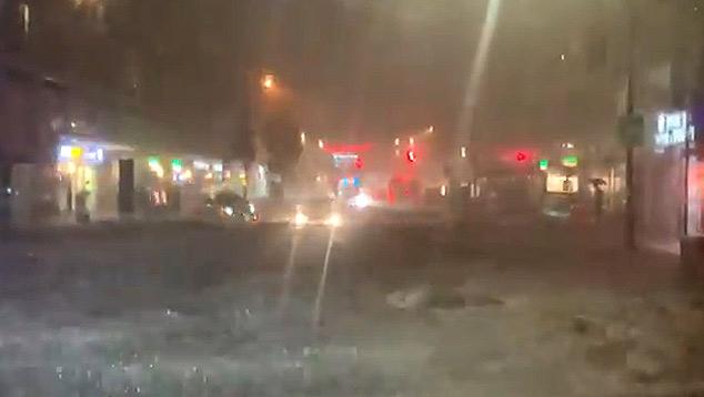 Vista do Queens de dentro de um ônibus que ficou ilhado juntamente com vários carros na quarta-feira a noite. Crédito: Imagem divulada pelo twitter @JoeEEnglish