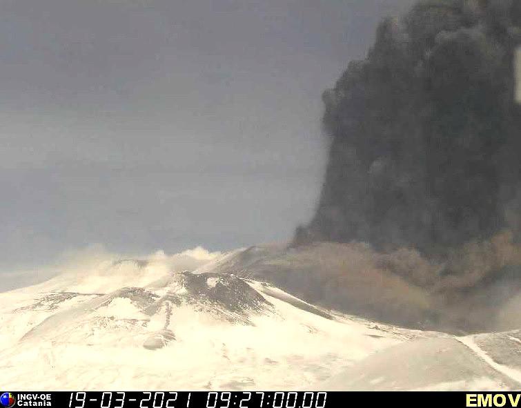 Imagem do pico de atividade do vulcão Etna no dia 19 de março, registrada por webcam em Montagnola. Crédito: INGV.