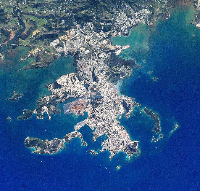 Nova Caledônia vista de cima por astronautas da ISS. A região tem a segunda maior barreira de corais do mundo. Crédito: Earth Observatory Nasa.